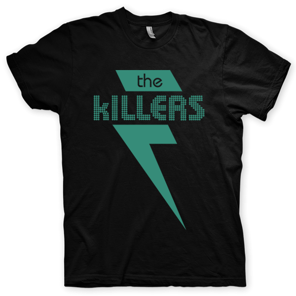 Montagem digital da camiseta preta com estampa azul com arte centralizada da banda The Killers, When You Were Young